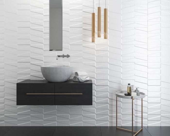 modele salle de bain moderne avec revêtement des murs en panneau à relief blanc, aménagement salle de bain avec meubles en gris et noir