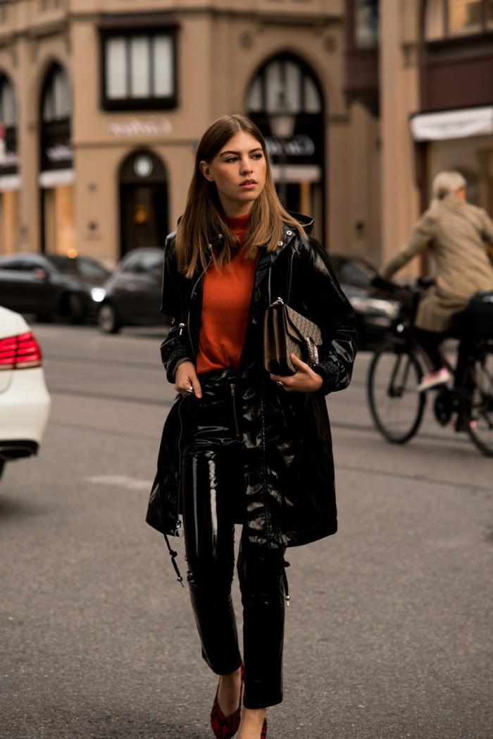 jean simili cuir femme, pull col montant orange, veste longue cuir noir, sac à main tendance