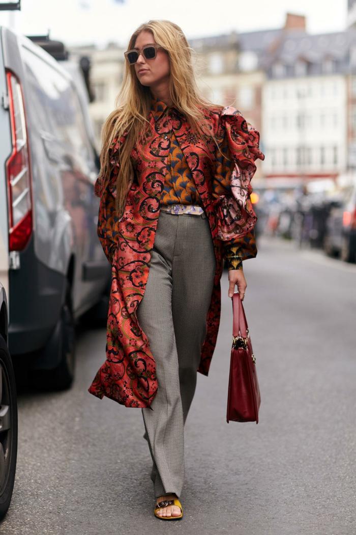 tenue classe femme, sac rouge, longue veste féminine, manches volumineuses, pantalon gris
