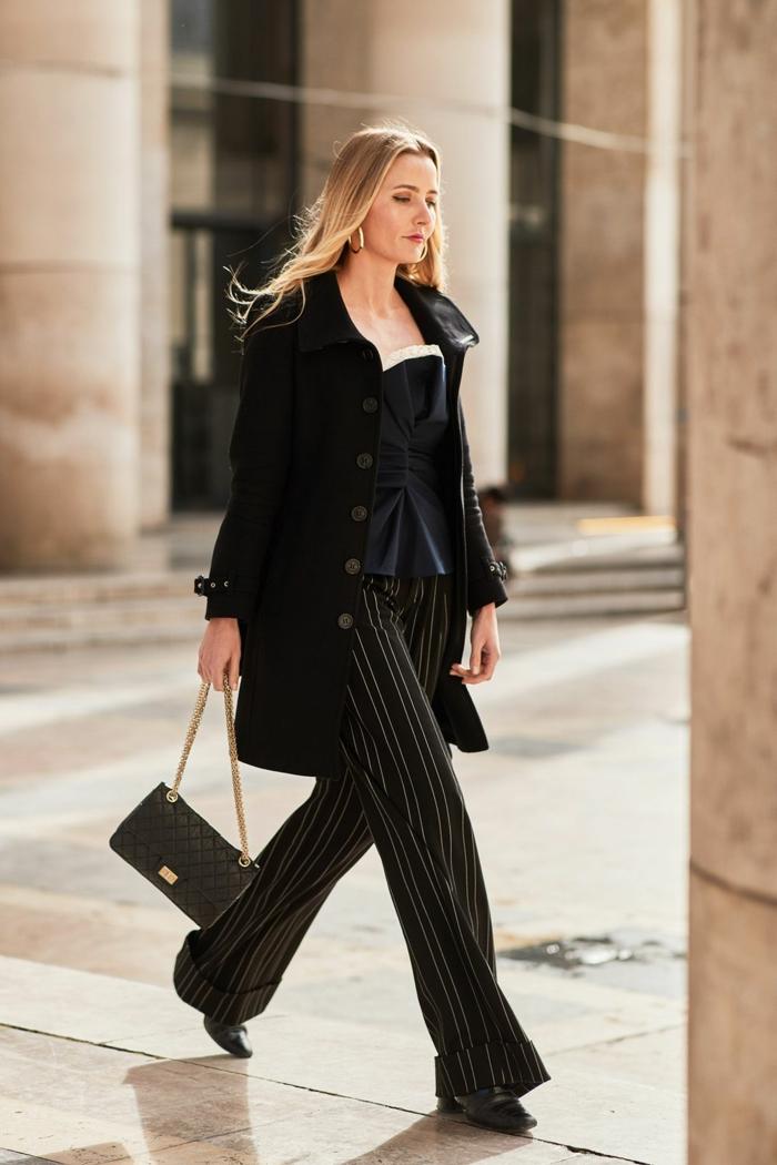 pantalon rayures verticales, sac matelassé, chaîne dorée, top bustier, longue veste noire boutonnée
