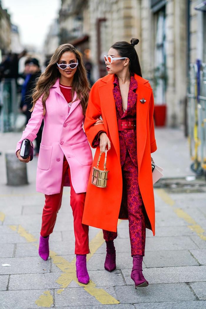 veste longue, pantalon simili cuir femme, bottes violettes, long manteau rouge, tailleur pourpre