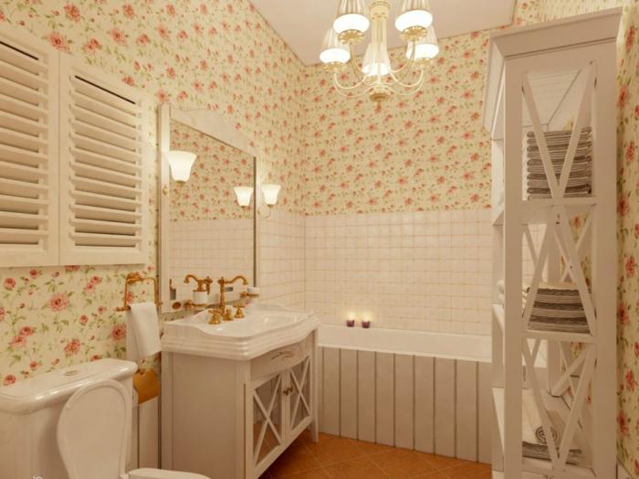 petite salle de bain, papier peint shabby aux motifs floraux, lavabo blanc, commode blanche et robinet doré, meuble colonne blanc, plafonnier baroque