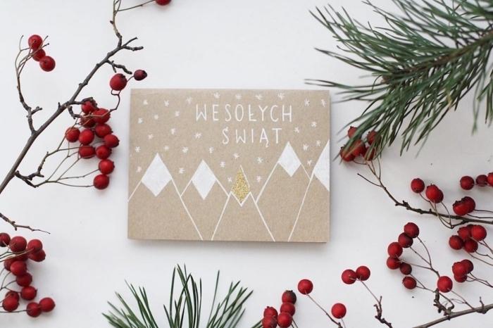 modele de carte de voeux à design minimaliste, exemple de papier kraft brun décoré avec peinture blanche aux motifs noel scandinave