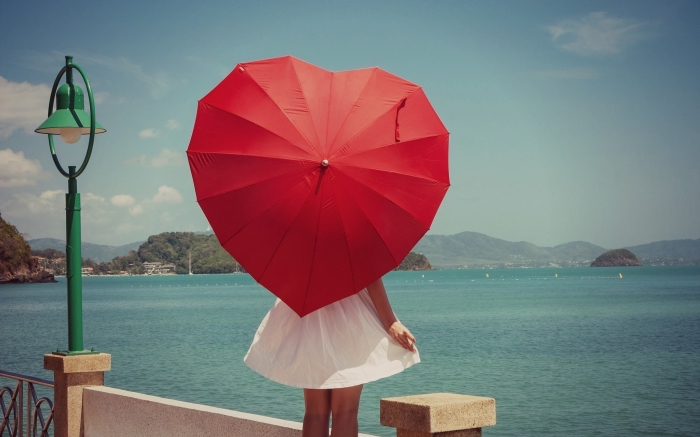 modèle de parapluie rouge, idée cadeau de noel pour femme, accessoire mode tendance parapluie coeur rouge