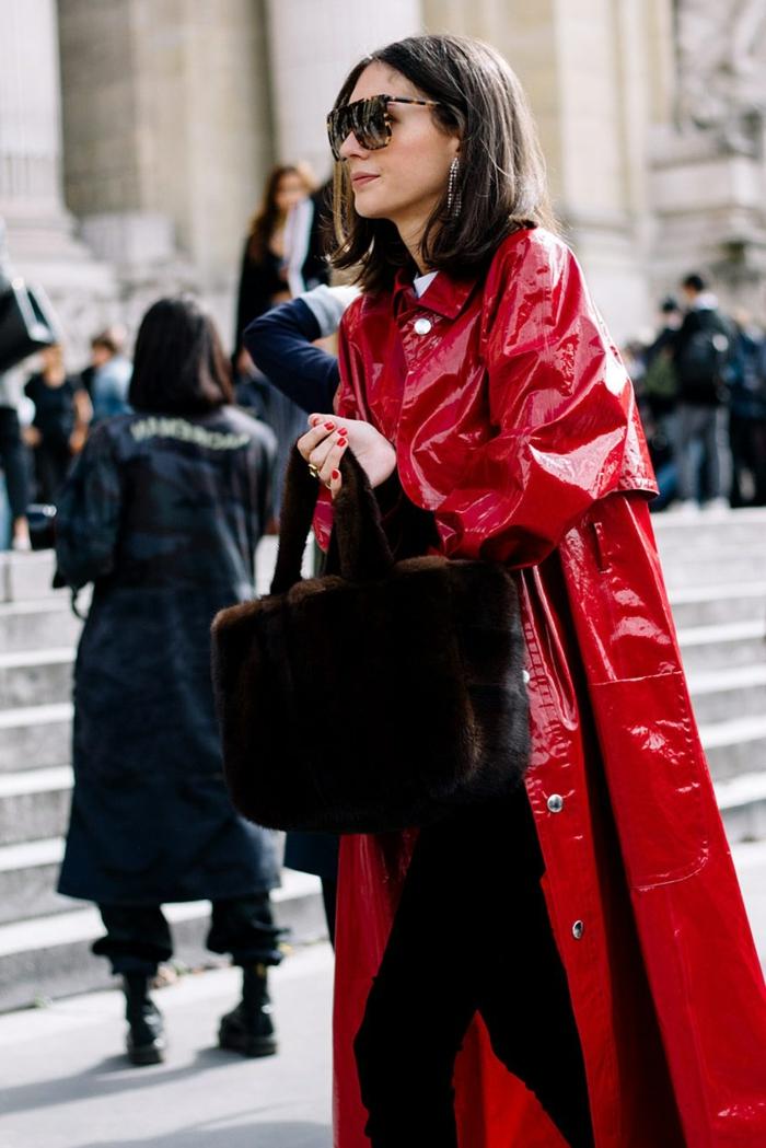 sac à main en fausse fourrure marron, manteau vinyl, vetement femme chic, tenue streetstyle