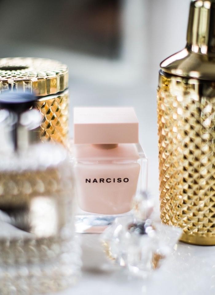 coffret cadeau femme, comment surprendre une mère pour la fête de Noel, modèle de parfum dans une bouteille rose pastel