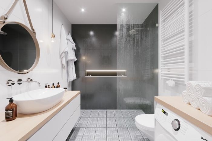 aménagement salle de bain avec douche, design intérieur contemporain en blanc et gris anthracite avec finitions bois et cuivre