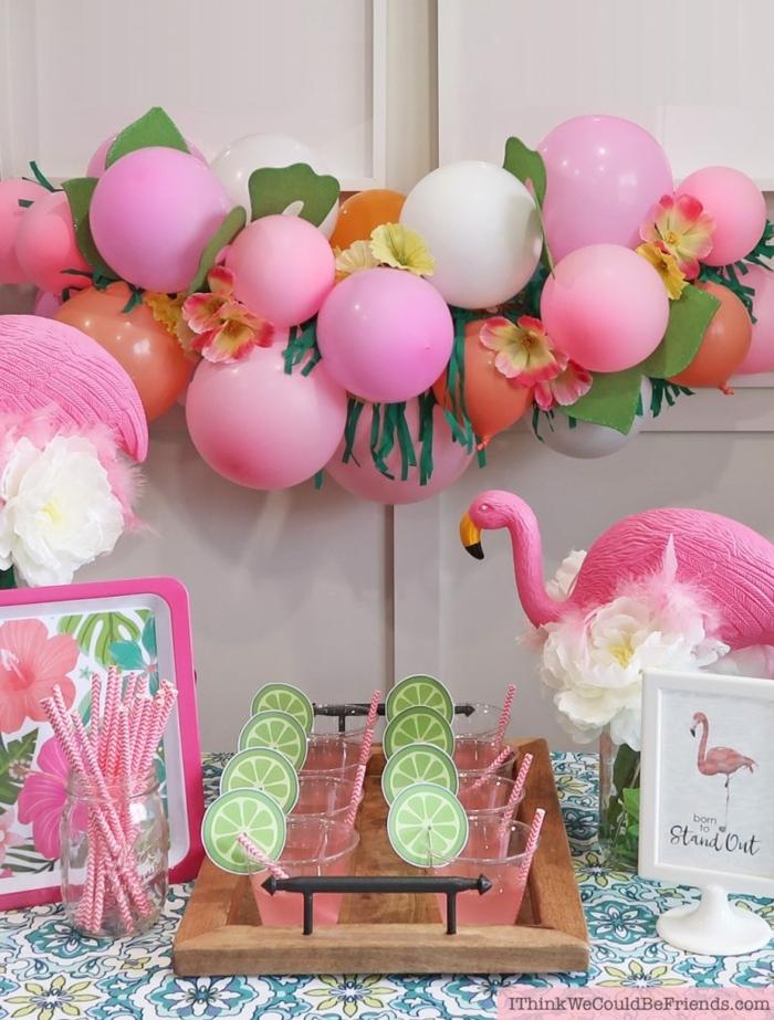 fête flamingue, ballons roses, franges en papier suspendues à la guirlande, flamingue, cocktails roses
