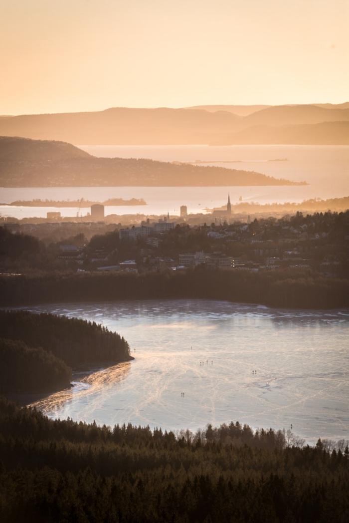 un joli paysage panoramique de la capitale norvégienne au coucher du soleil qui montre la proximité de la ville à la nature