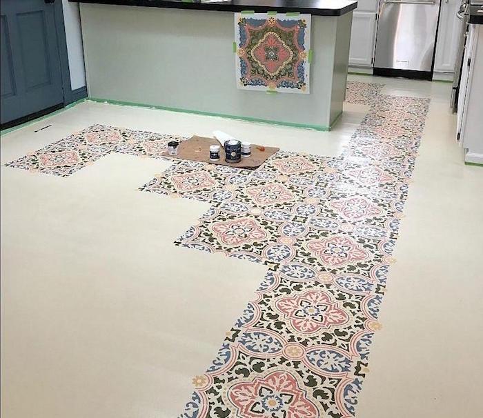 comment recouvrir sol en carrelage ancien avec pochoir motifs en couleurs pour décorer intérieur et réno diy
