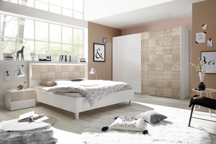 design intérieur cozy aux murs neutres, peinture murale nuance taupe et plafond blanc, tapis rond moelleux en blanc