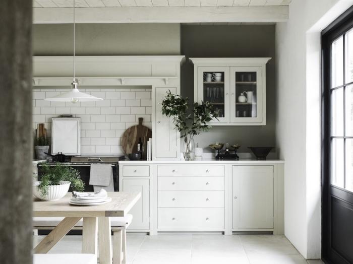 quelle couleur associer au gris, aménagement cuisine classique et moderne avec murs gris et plafond en blanc
