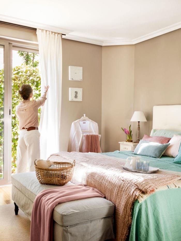 couleur chambre adulte 2019, idée coloris mur en beige doré, décoration pièce en deux couleurs blanc et beige
