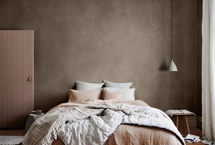 décoration chambre cozy aux murs en nuance marron, idée coloris marron nuance taupe, tendance couleurs intérieur 2019