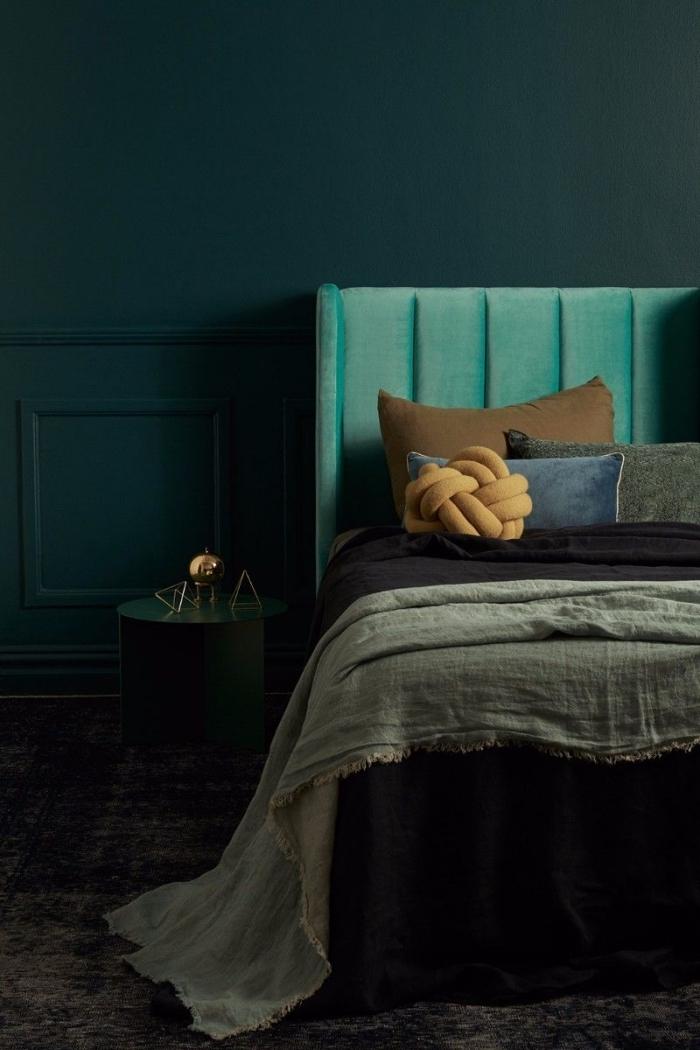 coloris vert chrome dans une chambre à coucher, déco chambre adulte aux murs foncés, accessoires couleur terreuses coussin jaune moutarde
