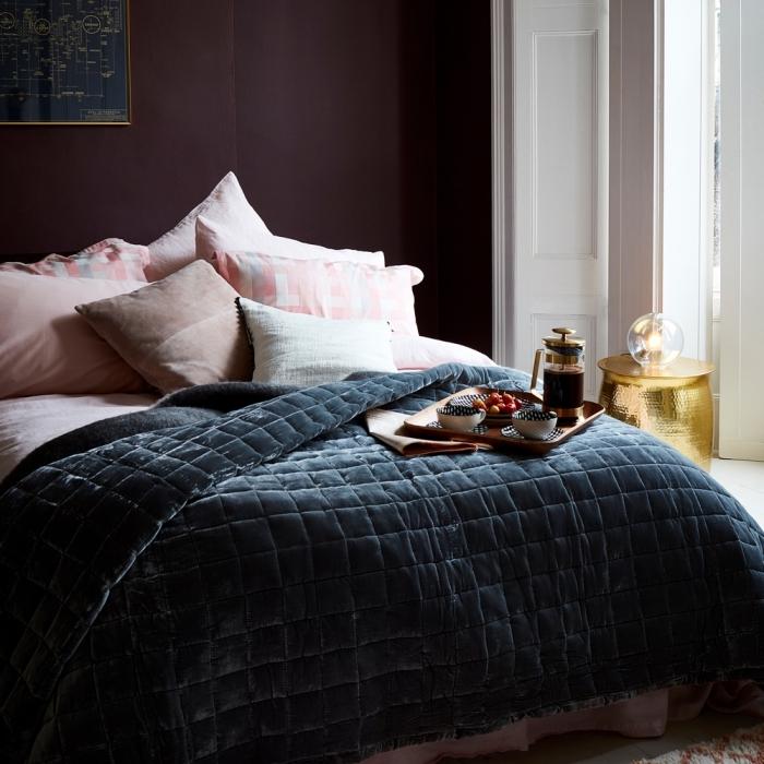 couleur mur chambre, déco de chambre à coucher avec mur foncé de peinture violet, design intérieur tendance moderne