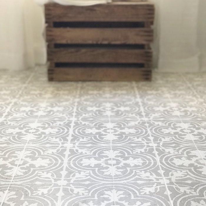 rénovation sol en carrelage avec peinture au pochoir gris sur blanc imitation ceramique decorative