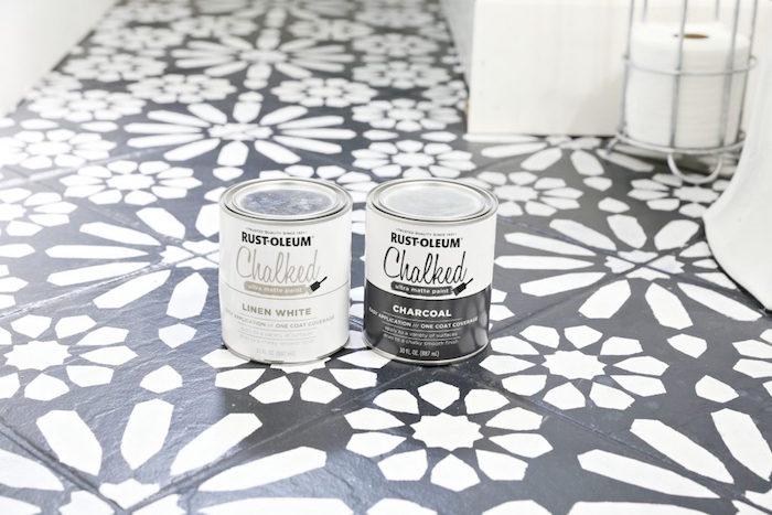 photo et idée pour peinture carrelage salle de bain blanc sur noir avec pochoir pour sol