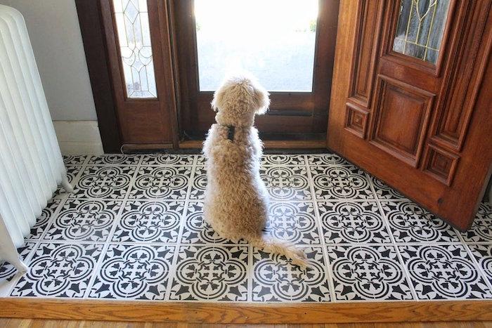 peindre du carrelage avec pochoir en noir et blanc sur sol entrée intérieur maison