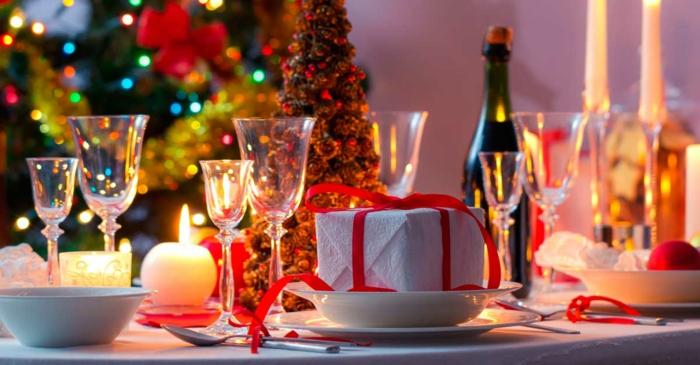 petit cadeau enrob  de papier blanc verres  vin sapin de noel deco de table noel en rouge et blanc bougies rondes d co noel traditionnelle