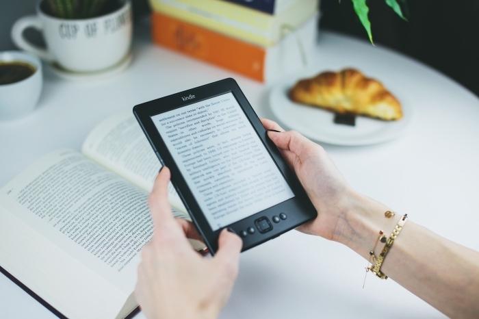 modèle de liseuse électronique, quel cadeau pour fans des livres, idee cadeau noel femme, ebook kindle noir