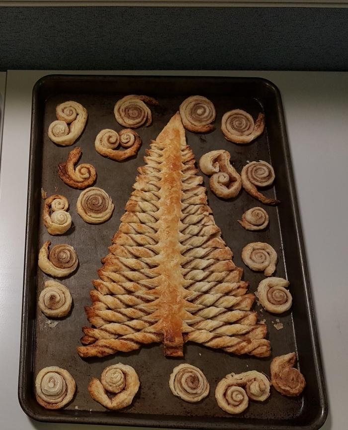 modèle de sapin au chocolat et pâte feuilletée doré, idée comment faire un gâteau de noel facile et rapide au Nutella