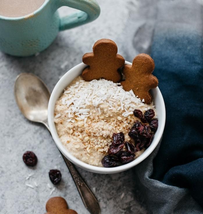 petit déjeuner sain et protéiné aux flacons d avoine, noix et des fruits secs avec des biscuits pain épice