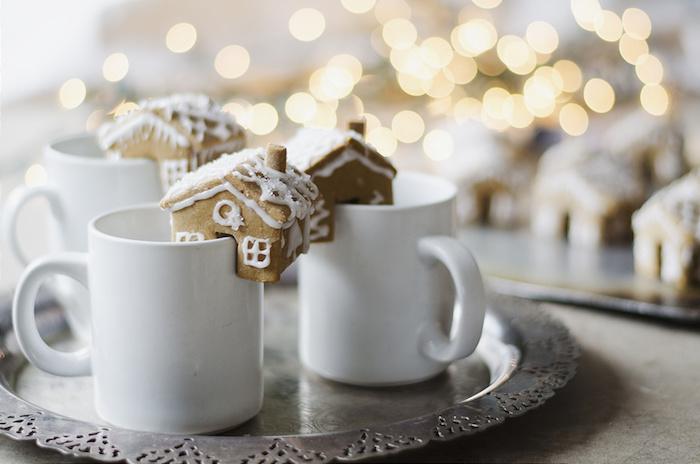 chocolat chaud maison servir avec un petit gateau de noel maisonnette épices de noel pour votre gouter de noel