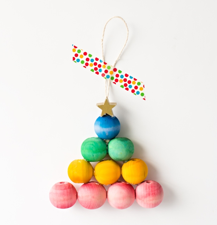 sapin de noel en perles de bois colorées avec une étoile décorative en top, petit ornement de noel diy facile a fabriquer