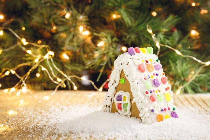 toiture maisonnette alpine aux murs de pain d épices et decoration de dragées et gélifiés, petit gateau de noel