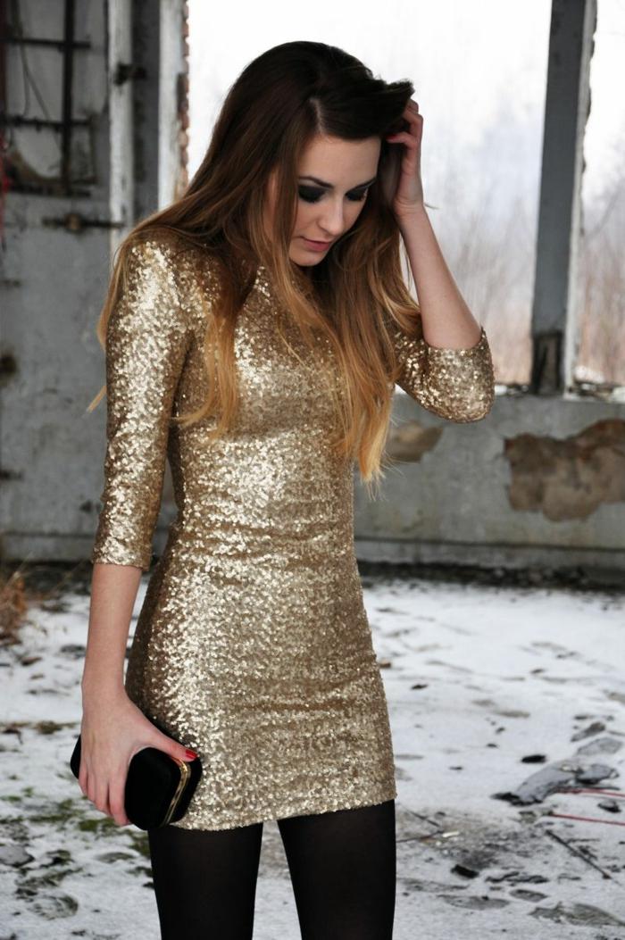 robe pailletée chic, coupe moulante, pochette noire avec élément doré