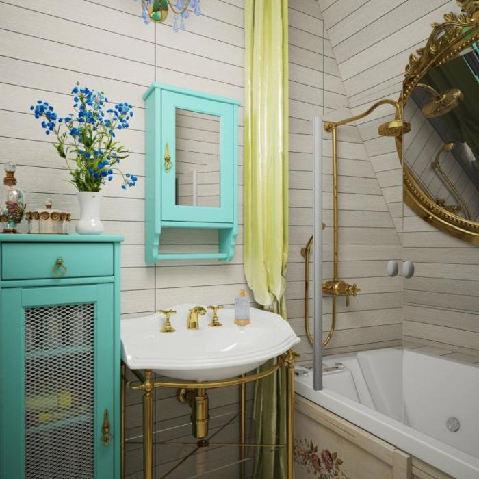 aménager une petite salle de bain rétro, baignoire à encastrer, placard avec miroir turquoise, vase rétro blanc avec fleurs bleues, armoire turquoise, lavabo à robinets et plomberie doré