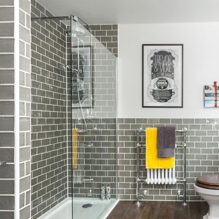 carrelage métro gris, radiateur et porte serviettes, receveur de douche plat, revêtement bois foncé, decoration petite salle de bain