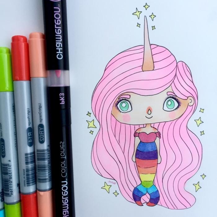 dessin facile d'une créature de fantaisie, petite sirène kawaii aux cheveux rose avec licorne et une jolie robe arc-en-ciel réalisée au stylo feutre fin