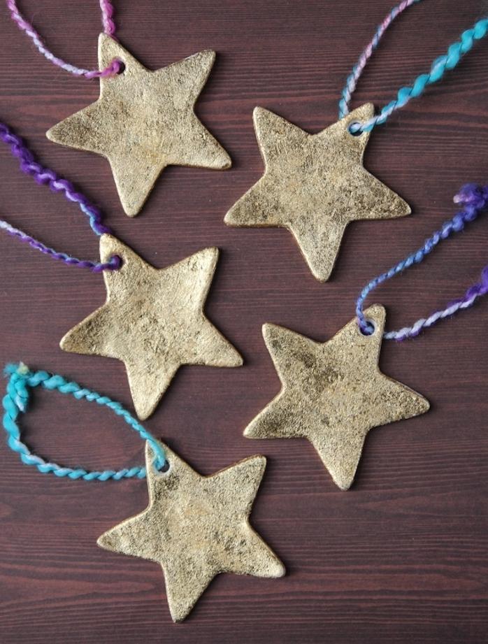 étoiles de noel décorées de paillettes couleur or, idee de decorations sapin de noel simples, activité pour enfants facile et rapide