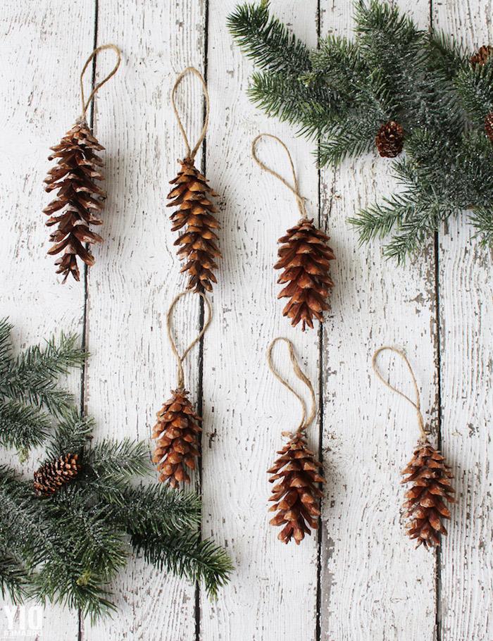 fabriquer une petite decoration simple en pomme de pin avec un fil de chanvre noué sur le bout, ornement de noel diy