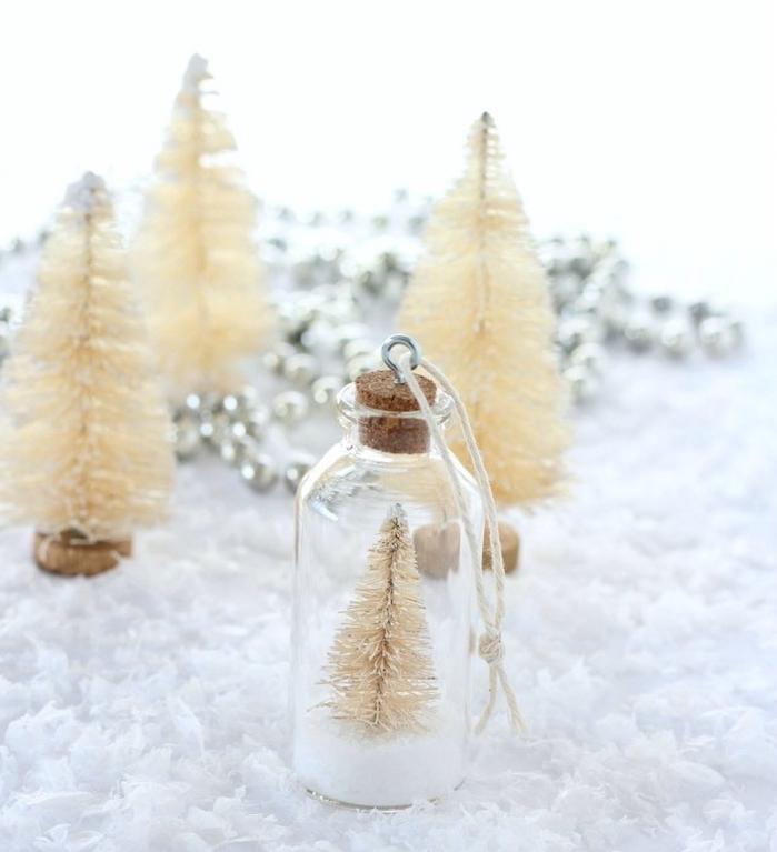 fabrication boule à noel dans une petite fiole transparente avec neige artificielle et figurine de sapin miniature couleur or