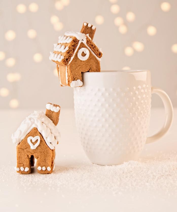 tasse décorée d un peitit gateau de noel maisonnette gingembre à prendre avec une tasse de chocolat chaud