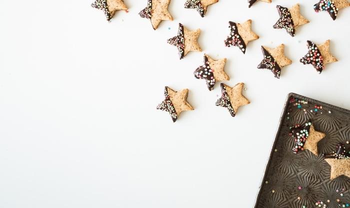 art culinaire, décoration de cookies pour noel, technique décoration avec glaçage au chocolat et nonpareils
