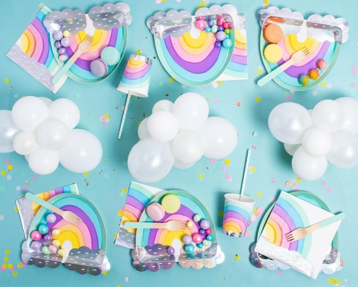 nuages blancs en mini ballons flottants, arc-en-ciel en papier décoratif et petites tasses à café au dessin arc-en-ciel