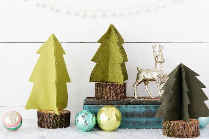 petits rondins de bois avec mini sapins en feutrine verte, decoration a fabriquer pour noel, boules de neige et renne rudolphe en or