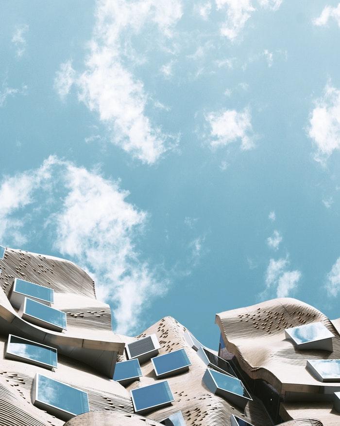 Fond d écran batiment original et nuages, fond d écran paysage belle photo inspiration avoir du style