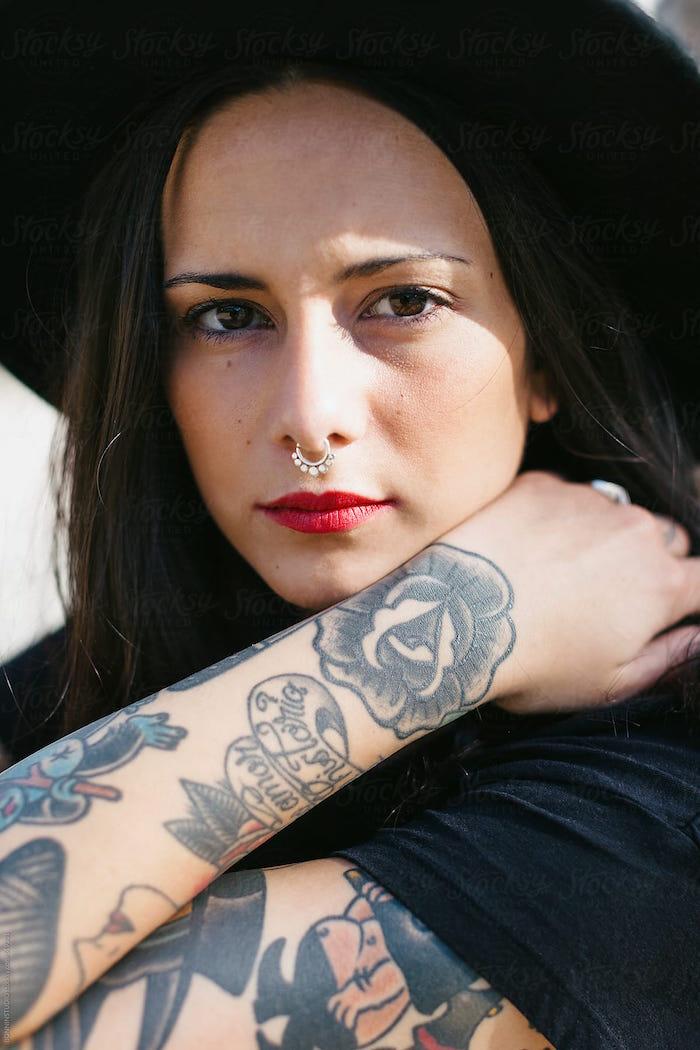 modeles tatouages style old school sur bras pour femme brune avec rose et symboles vintage