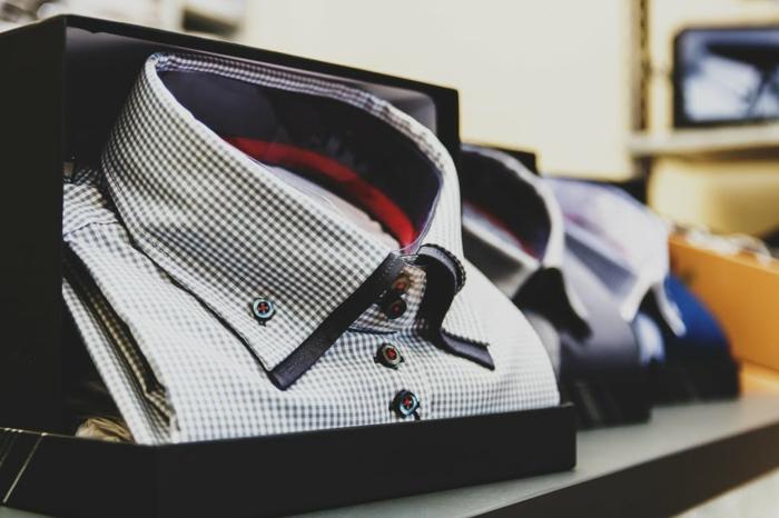 chemise col boutonné petits carreaux, chemises homme pliées, pièces basiques de mode masculine