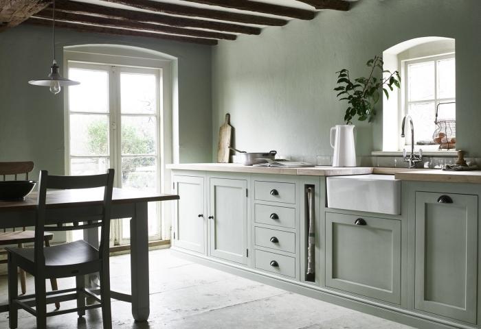 déco de cuisine style rustique aux murs gris verdâtre et plafond avec poutres bois brut, couleur mur cuisine vert pastel