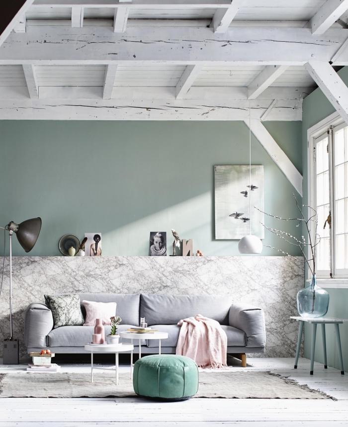 déco stylée dans une pièce aux murs pastel avec plafond blanc, couleur mur salon, idée peinture tendance 2019