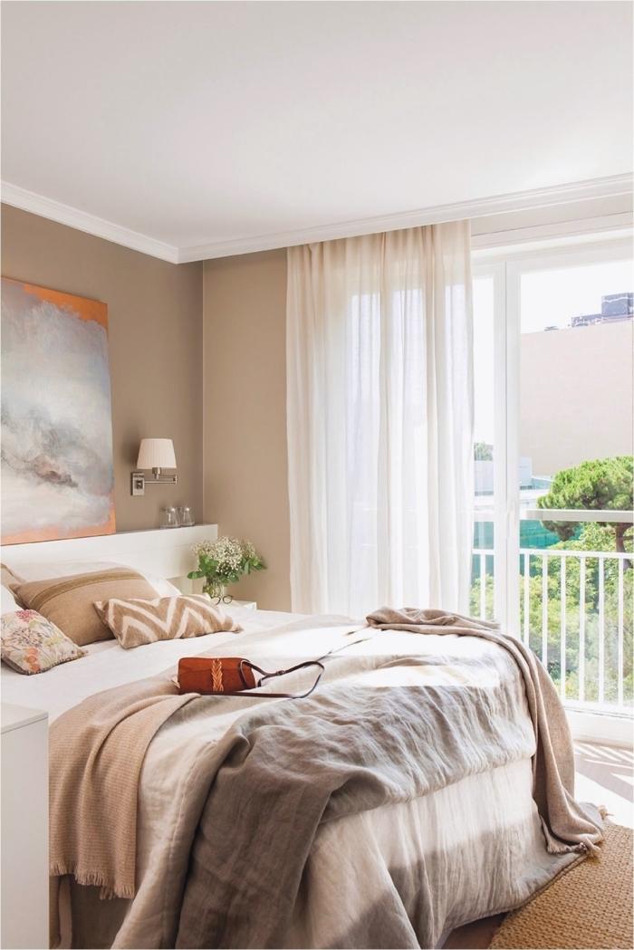 déco de chambre adulte bicolore, peinture murale nuance beige combinée avec plafond blanc et accessoires en nuances terreuses