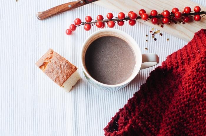 décoration de noel avec objets en rouge et blanc, mug tasse rempli de boisson chaude, recette chocolat chaud gourmand