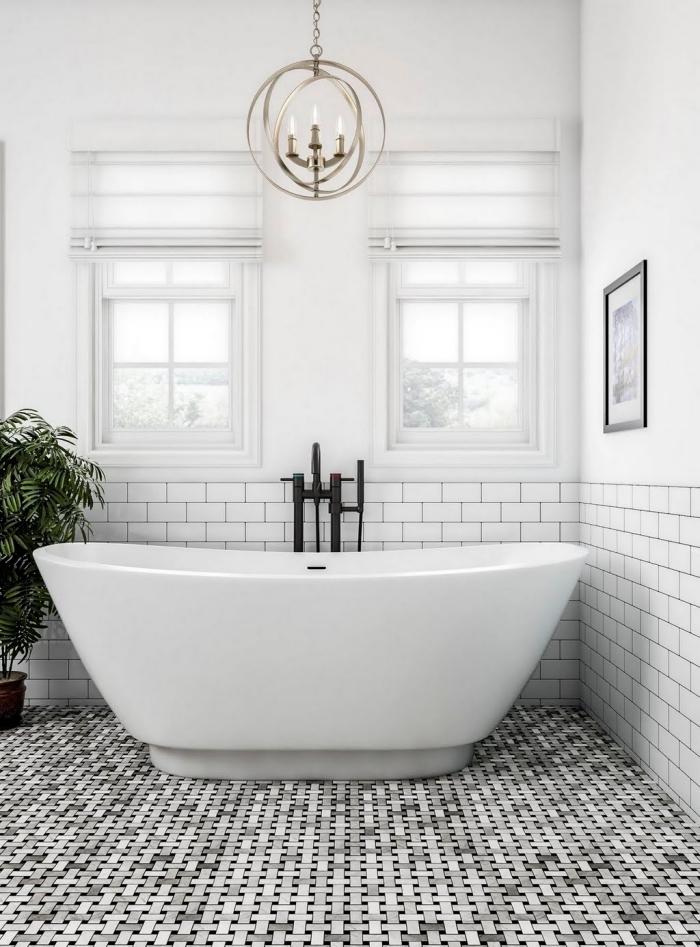 modele salle de bain avec grande baignoire, choix revêtement de sol en carrelage effet relief, lustre en cuivre avec bougies
