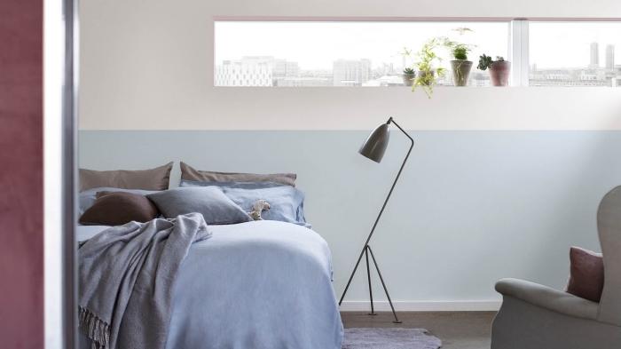 peinture murale en deux couleurs, idée peinture chambre adulte 2 couleurs blanc et bleu pastel, modèle de fauteuil en gris